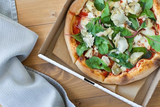 Pizza fraîche aux tomates, fromage et champignons sur la table en bois libre.