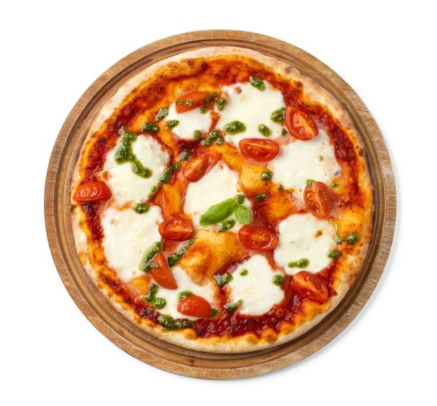 Pizza fraîche sur planche de bois isolated on white
