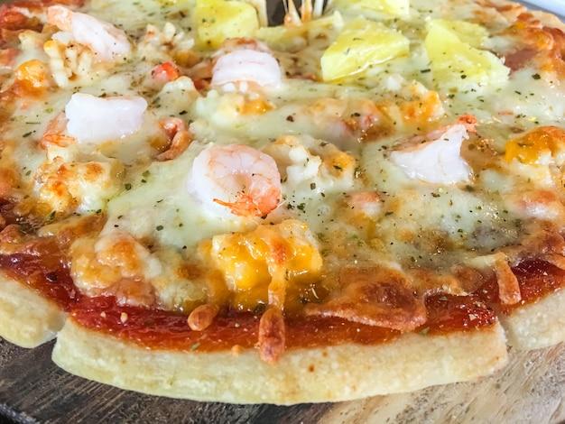 Pizza de fruits de mer au bac à bois