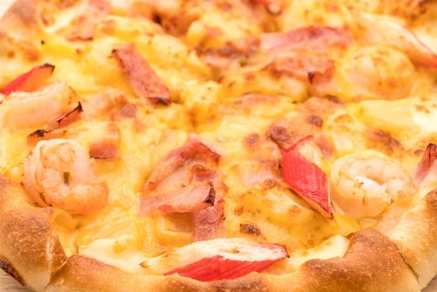 Pizza fruits de mer hawaïens isolé sur fond blanc