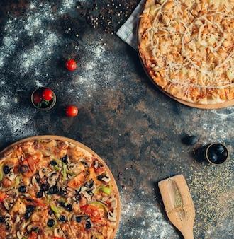 Pizza hawaïenne au poulet et à l'ananas et pizza aux légumes