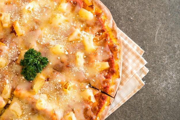 Pizza hawaïenne sur table