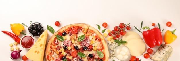 Pizza et ingrédients légumes, fromage sur fond blanc