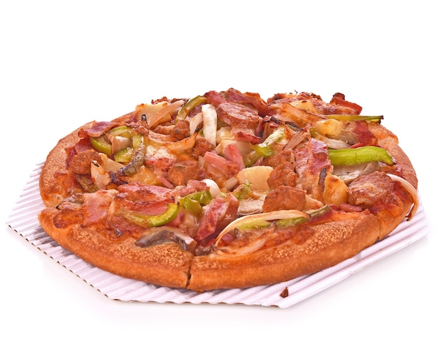 Pizza isolé sur fond blanc