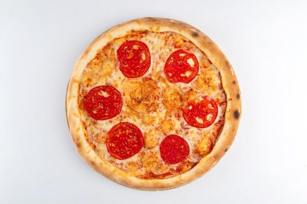 Pizza isolée à la tomate