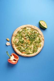 Pizza Italienne Aromatique Aux Crevettes Moules Avocat Mozzarella Piment Rouge Roquette Photo Premium