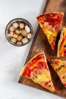 Pizza italienne aux tomates et au fromage mozzarella. cuisine italienne. margherita.