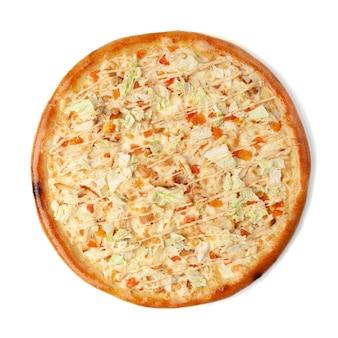 Pizza italienne césar. avec poitrine de poulet, oh tomates, laitue, mozzarella et parmesan, vinaigrette césar. vue d'en-haut. fond blanc. isolé.