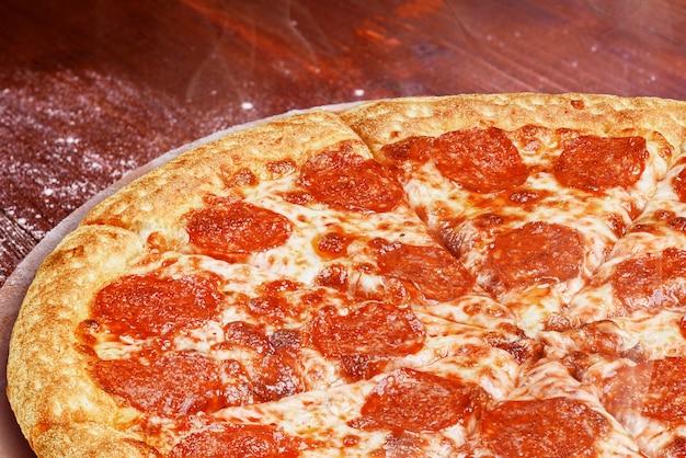 Pizza italienne classique sur un plateau en bois, servie dans un petit restaurant italien authentique