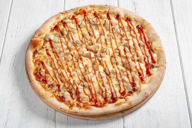 Pizza italienne fraîche au poulet sur table en bois