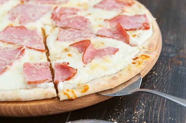 Pizza italienne fraîche et délicieuse sur une table en bois