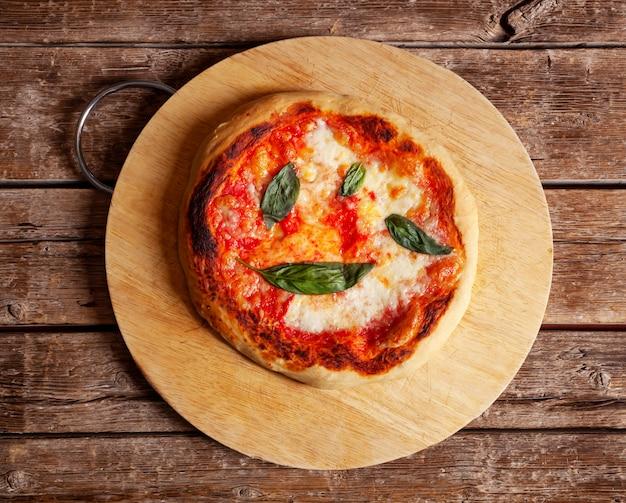 Pizza italienne fraîche faite maison margherita au basilic