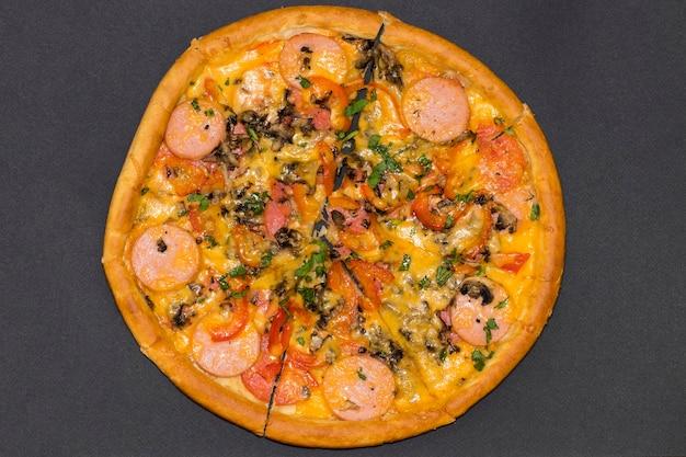 Pizza italienne fraîche sur fond noir