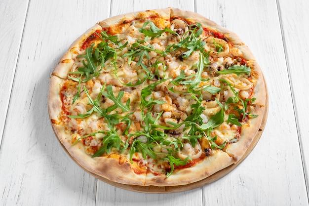 Pizza italienne fraîche avec shpimps et calmars sur table en bois