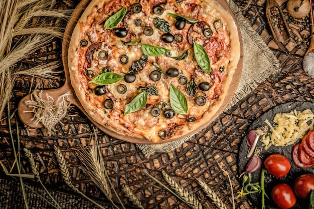 Pizza italienne et ingridiend cuisson des aliments