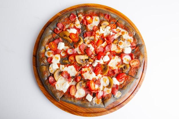 Pizza italienne avec pâte noire sur planche de bois