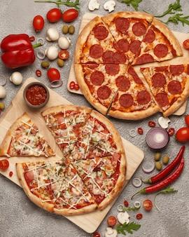 Pizza italienne pizza ronde classique pizza et tranches de pizza sur fond clair avec des ingrédients