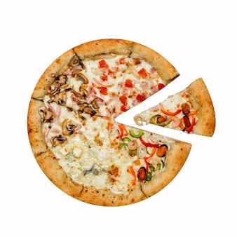 Pizza italienne quatre saisons avec tranche séparée isolée sur blanc.