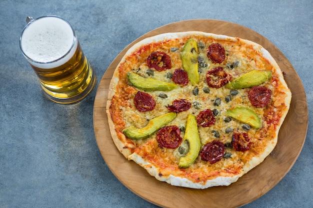 Pizza italienne servie avec une chope de bière