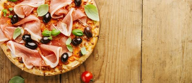 Pizza italienne sur une table en bois