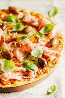 Pizza italienne sur textile rustique