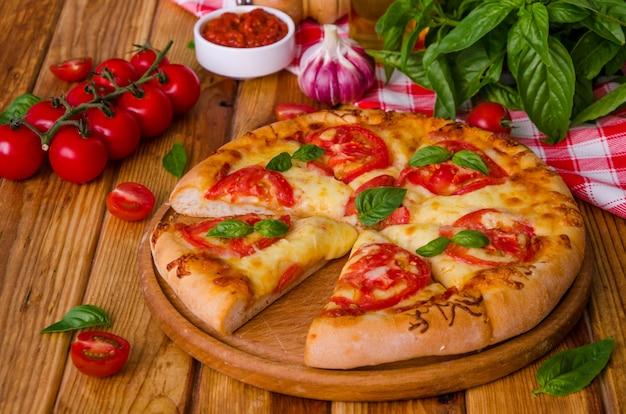 Pizza italienne traditionnelle margarita aux tomates et au fromage mozzarella