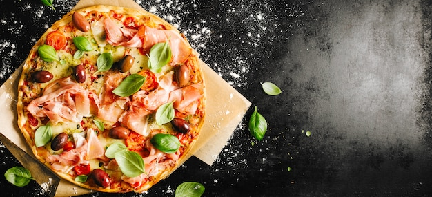 Pizza italienne traditionnelle sur table sombre