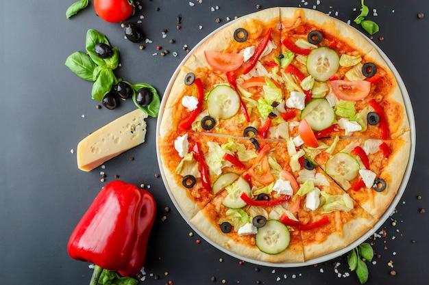 Pizza italienne végétarienne sur fond en bois, vue de dessus