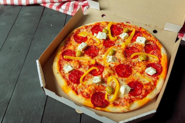 Pizza livrée dans une boîte en carton