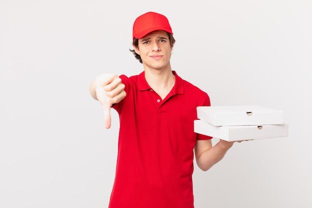 Pizza livrer l'homme se sentant croisé, montrant les pouces vers le bas