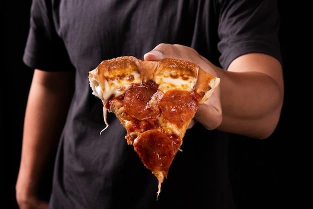 Pizza sur la main humaine
