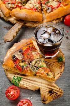 Pizza maison chaude prête à manger