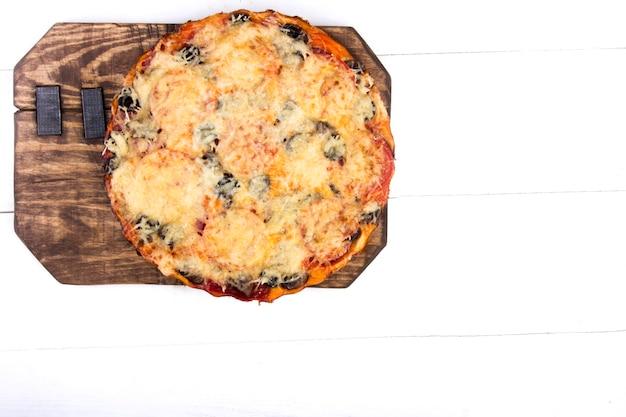 Pizza maison sur fond clair