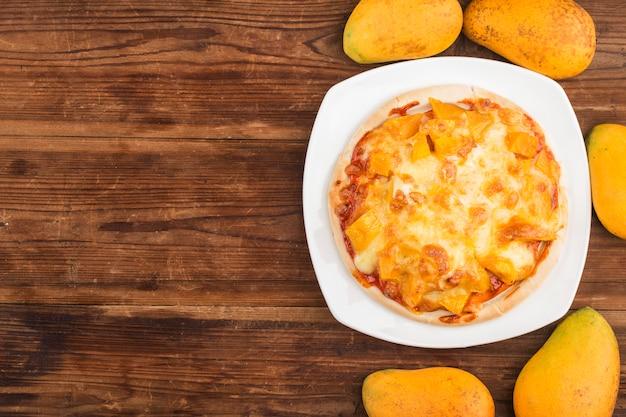 Pizza à la mangue fraîche sur la table