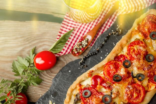 Pizza margarita aux champignons et au ketchup