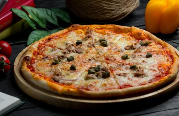 Pizza margarita aux olives noires