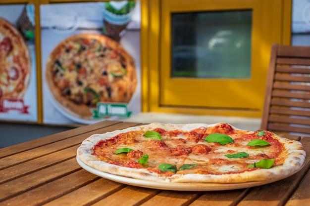Pizza margarita dans un restaurant local de pizzas et de gyros
