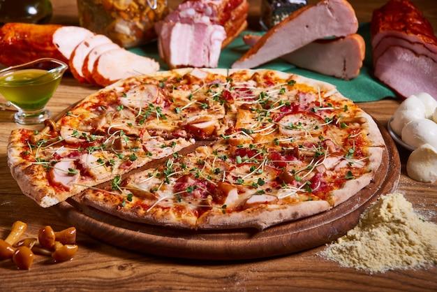 Pizza margarita à la sauce tomate, mozzarella fraîche, parmesan sur le bois rouillé. grande pizza au pepperoni chaude, composition de pizza savoureuse