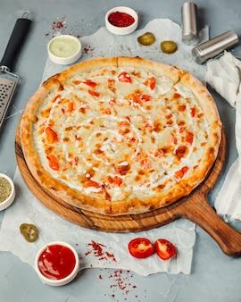Pizza margarita sur la table
