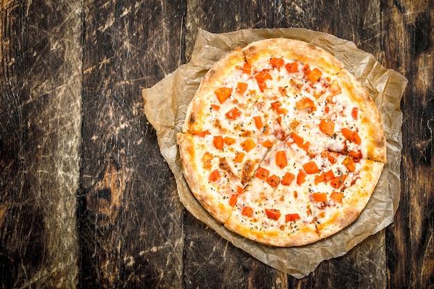 Pizza margarita sur vieux papier