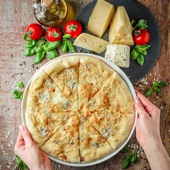 Pizza margherita et ingrédients vue de dessus