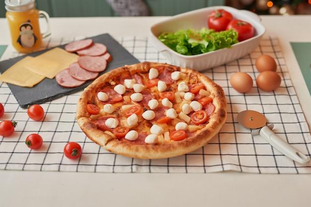 Pizza avec mozzarella sur la table de noël
