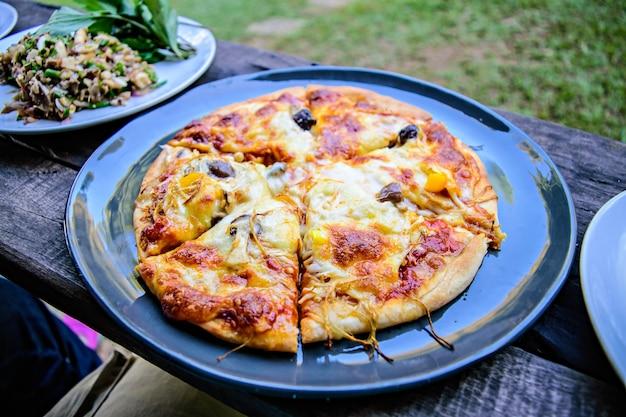 Pizza muchroom sur le plat