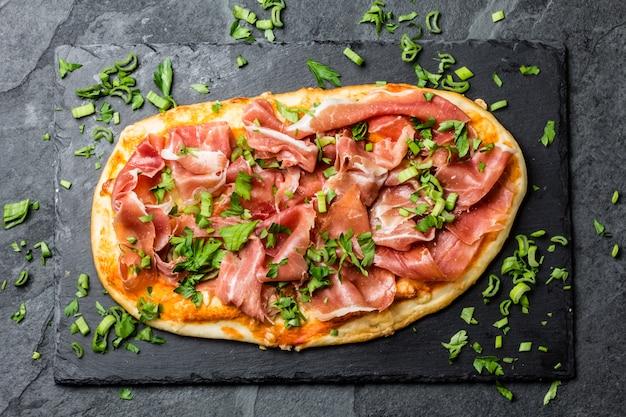Pizza naan au jambon serrano sur ardoise