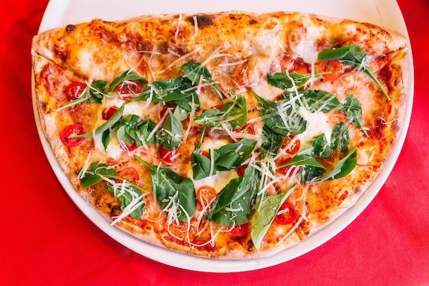 Pizza napolitaine à base de tomates, basilic et mozzarella.