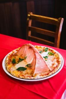 Pizza napolitaine avec un pont de jambon de parme.
