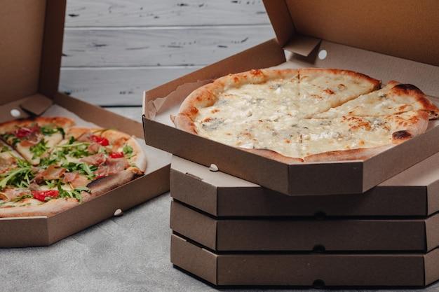 Pizza en paquets, concept de livraison de nourriture