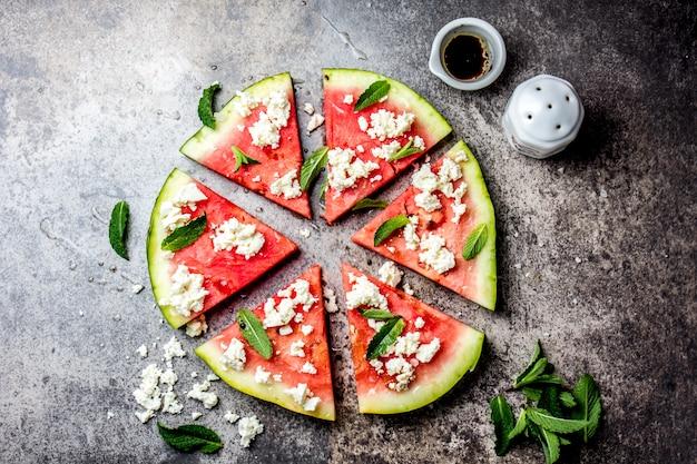 Pizza pastèque fraîche avec fromage feta et menthe