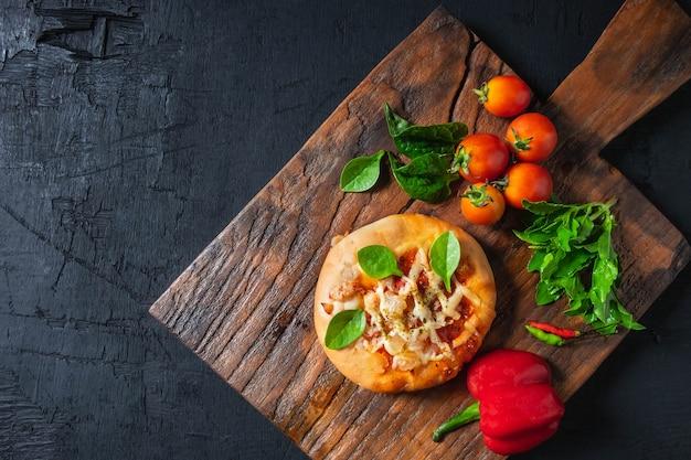 Pizza sur une planche à pizza en bois