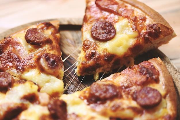 Pizza sur plateau en bois bouchent délicieux délicieux fast food italien traditionnel fromage